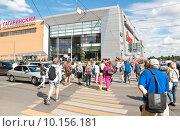 Купить «Люди переходят дорогу по пешеходному переходу», эксклюзивное фото № 10156181, снято 23 июля 2015 г. (c) Алёшина Оксана / Фотобанк Лори