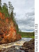 Купить «Красные скалистые берега реки Oulankajoki в Национальном парке Оуланка, Финляндия, Лапландия», фото № 10158153, снято 8 июля 2015 г. (c) Валерия Попова / Фотобанк Лори