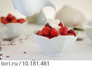 Купить «Cream Pouring From a Jug Over Fresh Strawberries», фото № 10181481, снято 21 мая 2019 г. (c) PantherMedia / Фотобанк Лори
