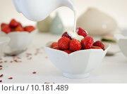 Купить «Cream Pouring From a Jug Over Fresh Strawberries», фото № 10181489, снято 21 мая 2019 г. (c) PantherMedia / Фотобанк Лори