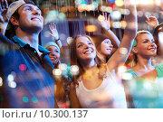 Купить «group of happy friends at concert in night club», фото № 10300137, снято 20 октября 2014 г. (c) Syda Productions / Фотобанк Лори