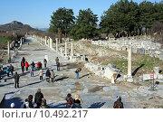 Купить «Туристы на развалинах античного города Эфес. Турция», фото № 10492217, снято 17 августа 2018 г. (c) Уфимцева Екатерина / Фотобанк Лори