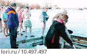 Купить «Традиционные купания в проруби в день Крещения в России», видеоролик № 10497497, снято 19 января 2015 г. (c) Павел С. / Фотобанк Лори