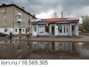 Купить «Кинешма, большая лужа на улице 50-летия Комсомола летом», эксклюзивное фото № 10569305, снято 3 мая 2015 г. (c) Дмитрий Неумоин / Фотобанк Лори