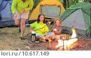 Купить «Семейный поход и вечер у костра», видеоролик № 10617149, снято 16 августа 2015 г. (c) Tatiana Kravchenko / Фотобанк Лори