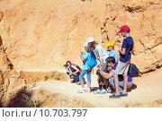 Встреча на тропе с дикой природой. Туристы смотрят и фотографируют земляную белку на разные гаджеты в национальном парке Брайс Каньон, штат Юта, США (2015 год). Стоковое фото, фотограф Ирина Кожемякина / Фотобанк Лори