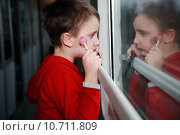 Купить «Child with dreamy eyes facing out the window of a train.», фото № 10711809, снято 22 января 2018 г. (c) PantherMedia / Фотобанк Лори