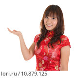 Купить «Chinese cheongsam girl showing blank space», фото № 10879125, снято 16 июня 2019 г. (c) PantherMedia / Фотобанк Лори