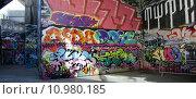 Купить «south london seat bench graffiti», фото № 10980185, снято 18 февраля 2019 г. (c) PantherMedia / Фотобанк Лори