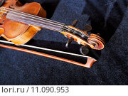 Купить «violin pegbox and bow on black velvet background», фото № 11090953, снято 17 ноября 2019 г. (c) PantherMedia / Фотобанк Лори