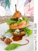 Купить «Original vertical way to serve pear salad with green leafs, blue cheese and walnuts», фото № 11165169, снято 19 августа 2019 г. (c) PantherMedia / Фотобанк Лори