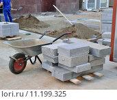 Замена тротуарной плитки на улицах города. Стоковое фото, фотограф Елена Перминова / Фотобанк Лори