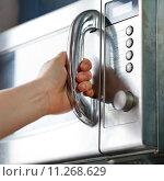 Купить «opening of microwave oven door», фото № 11268629, снято 24 мая 2018 г. (c) PantherMedia / Фотобанк Лори