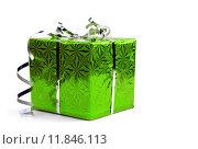 Зеленая подарочная коробка на белом фоне. Стоковое фото, фотограф Владимир Ходатаев / Фотобанк Лори