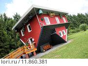 Купить «red building house skew schiefes», фото № 11860381, снято 19 июля 2018 г. (c) PantherMedia / Фотобанк Лори