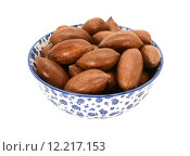 Pecan nuts in a blue and white china bowl. Стоковое фото, фотограф Sarah Marchant / PantherMedia / Фотобанк Лори
