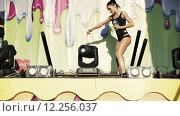 Купить «Танцовщица в нижнем белье выступает на сцене», видеоролик № 12256037, снято 26 августа 2015 г. (c) Александр Багно / Фотобанк Лори