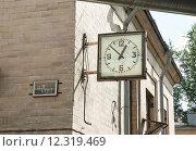 Купить «Уличные часы советского образца на задворках Ленинского проспекта в Москве», эксклюзивное фото № 12319469, снято 23 июля 2015 г. (c) Алёшина Оксана / Фотобанк Лори