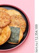 Купить «Japanese rice cracker on plate», фото № 12354189, снято 23 июля 2019 г. (c) PantherMedia / Фотобанк Лори