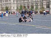 Купить «Туристы сидят на брусчатке на Красной площади. Москва», эксклюзивное фото № 12359117, снято 14 августа 2015 г. (c) Илюхина Наталья / Фотобанк Лори