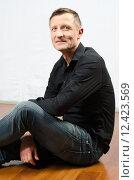 Купить «Portrait denkender Mann auf dem Boden sitzend», фото № 12423569, снято 10 февраля 2019 г. (c) PantherMedia / Фотобанк Лори