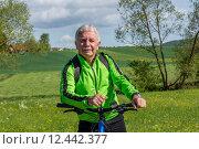 Купить «man nature senior fit bike», фото № 12442377, снято 21 апреля 2019 г. (c) PantherMedia / Фотобанк Лори