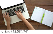 Купить «Работа на ноутбуке на деревянном столе», видеоролик № 12584741, снято 1 сентября 2015 г. (c) Константин Колосов / Фотобанк Лори