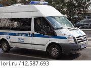 Купить «Полицейский автомобиль движется по улице», фото № 12587693, снято 1 сентября 2015 г. (c) Victoria Demidova / Фотобанк Лори