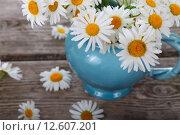 Купить «Букет ромашек в вазе на деревянном столе», фото № 12607201, снято 7 июля 2015 г. (c) Елена Блохина / Фотобанк Лори