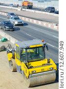 Купить «Дорожный каток на реконструирующемся шоссе», фото № 12607949, снято 7 августа 2015 г. (c) Сергей Неудахин / Фотобанк Лори