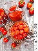 Купить «Маринованные помидоры в томатном соке в стеклянной миске на столе», фото № 12634089, снято 3 сентября 2015 г. (c) Надежда Мишкова / Фотобанк Лори