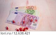 Купить «Деньги и таблетки крупным планом», видеоролик № 12638421, снято 4 сентября 2015 г. (c) Александр Лычагин / Фотобанк Лори