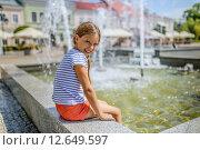 Купить «Girl about fountain», фото № 12649597, снято 4 августа 2015 г. (c) BestPhotoStudio / Фотобанк Лори