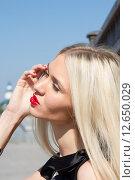 Купить «Портрет блондинки с яркой помадой на фоне неба», фото № 12650029, снято 3 сентября 2015 г. (c) Момотюк Сергей / Фотобанк Лори