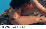 Стройная брюнетка в купальнике у бассейна. Стоковое видео, видеограф Denis Mishchenko / Фотобанк Лори