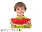 Купить «Довольный мальчик с большим куском арбуза», фото № 12652421, снято 6 сентября 2015 г. (c) Юлия Кузнецова / Фотобанк Лори