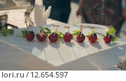 Купить «Официант кладет фаршированные помидоры Черри на тарелку», видеоролик № 12654597, снято 17 августа 2015 г. (c) Denis Mishchenko / Фотобанк Лори