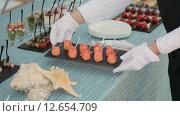 Купить «Официант ставит поднос с суши на стол», видеоролик № 12654709, снято 17 августа 2015 г. (c) Denis Mishchenko / Фотобанк Лори