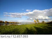 Купить «Облака над озером осенью», фото № 12657093, снято 2 сентября 2015 г. (c) Алексей Маринченко / Фотобанк Лори