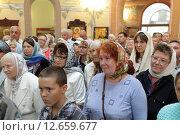 Купить «Люди в храме деревни Новофрязино», эксклюзивное фото № 12659677, снято 16 августа 2015 г. (c) Дмитрий Неумоин / Фотобанк Лори