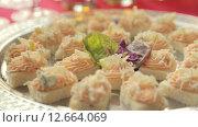 Купить «Аппетитные бутерброды с сыром, лимоном и маслом», видеоролик № 12664069, снято 11 июля 2015 г. (c) Denis Mishchenko / Фотобанк Лори