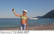 Девочка-подросток делает селфи на берегу средиземного моря (2015 год). Стоковое видео, видеограф Мальцев Артур / Фотобанк Лори