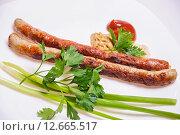 Купить «Жареные мюнхенские колбаски с зеленью», фото № 12665517, снято 10 сентября 2015 г. (c) Алёшина Оксана / Фотобанк Лори