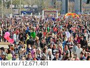 Купить «Толпа на празднике мыльных пузырей Dreamflash на ВДНХ», фото № 12671401, снято 2 мая 2013 г. (c) Алёшина Оксана / Фотобанк Лори