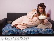 Полная женщина ест сладкий торт. Стоковое фото, фотограф Дмитрий Черевко / Фотобанк Лори