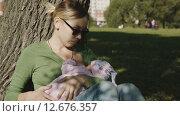 Женщина кормит грудью ребенка. Стоковое видео, видеограф Константин Колосов / Фотобанк Лори