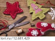Купить «Рождественские игрушки своими руками. Инструменты для творчества», фото № 12681429, снято 9 сентября 2015 г. (c) Сергей Чайко / Фотобанк Лори
