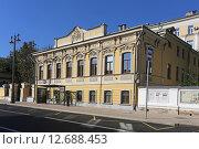 Купить «Двухэтажный жилой дом А. Т. Карповой, построенный в 1861 году. Москва, улица Большая Ордынка, 36», эксклюзивное фото № 12688453, снято 14 сентября 2015 г. (c) Алексей Гусев / Фотобанк Лори