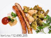 Купить «Жареные мюнхенские колбаски с овощами», фото № 12690205, снято 10 сентября 2015 г. (c) Алёшина Оксана / Фотобанк Лори