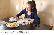 Девушка пишет в ежедневнике. Стоковое видео, видеограф Анна Балалаева / Фотобанк Лори